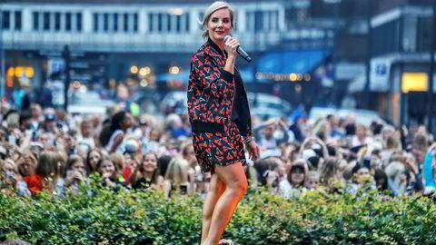 Frontfigur, nå. Låtskriver Ina Wroldsen mottok nylig Spellemannprisen som «Årets internasjonale suksess». Nå er Wroldsen klar med egen, godt utviklet musikk. Her opptrer hun på VG-Lista Topp 20 på Rådhusplassen i Oslo i 2016.