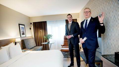 Tarje Hellebust (til høyre), som er direktør for Rezidor i Oslo, håper å skape hjemmefølelse når eikeparketten inntar rommene i skyskraperen. Her sammen med norgessjef Ronald Smithjes.