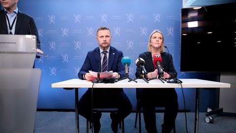 Helseminister Bent Høie og justis-, beredskaps- og innvandringsminister Sylvi Listhaug informerer pressen i forbindelse med dataangrepet mot Helse Sør-Øst.