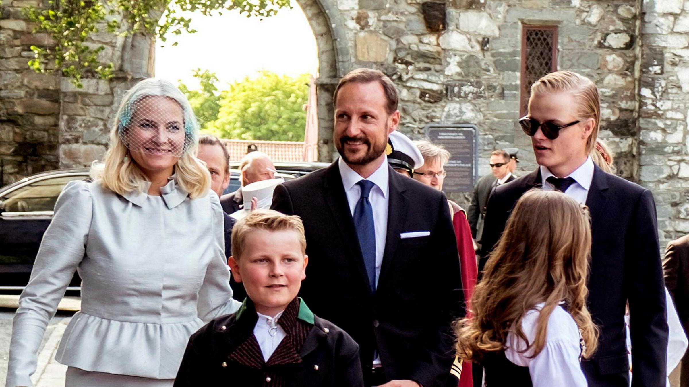 Kongeparet besøkte Trondheim i anledning kongeparets 25-årsjubileum i juni 2016. Kronprinsesse Mette-Marit, kronprins Haakon, Marius Borg Høiby (bak til høyre), prins Sverre Magnus og prinsesse Ingrid Alexandra er på vei inn i Nidarosdomen.