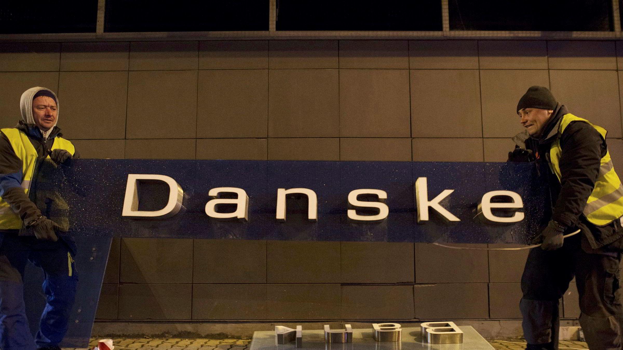 Det har stormet rundt Danske Bank etter hvitvaskingskandalen i Estland. Her fjerner arbeidere skiltene til bankens filial i Tallinn i Estland 5. oktober 2019.