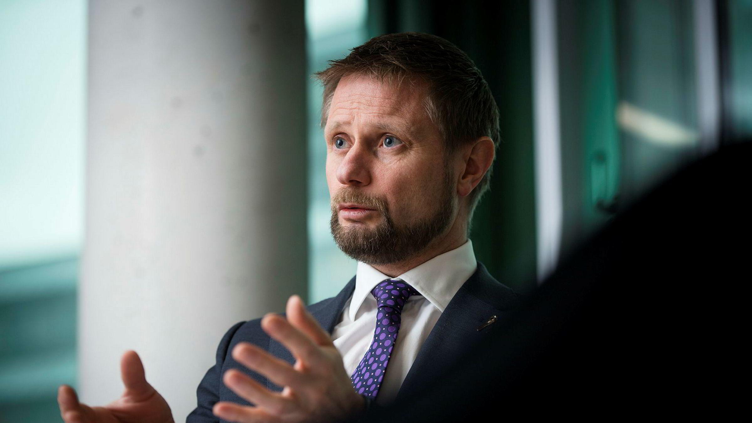Helseminister Bent Høie (H) gjør det helt klart at det ikke eksisterer noe påbud om at frisører må tilby hårvask og at det heller ikke vil komme noe påbud om det.