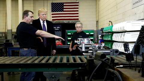 En fullskala handelskrig med Kina er noe president Donald Trump vanskelig kan vinne, og blir den en realitet vil motstanden fra amerikansk næringsliv og industri øke kraftig. Her er Trump på et bedriftsbesøk for å promotere sin skattereform tidligere i år.