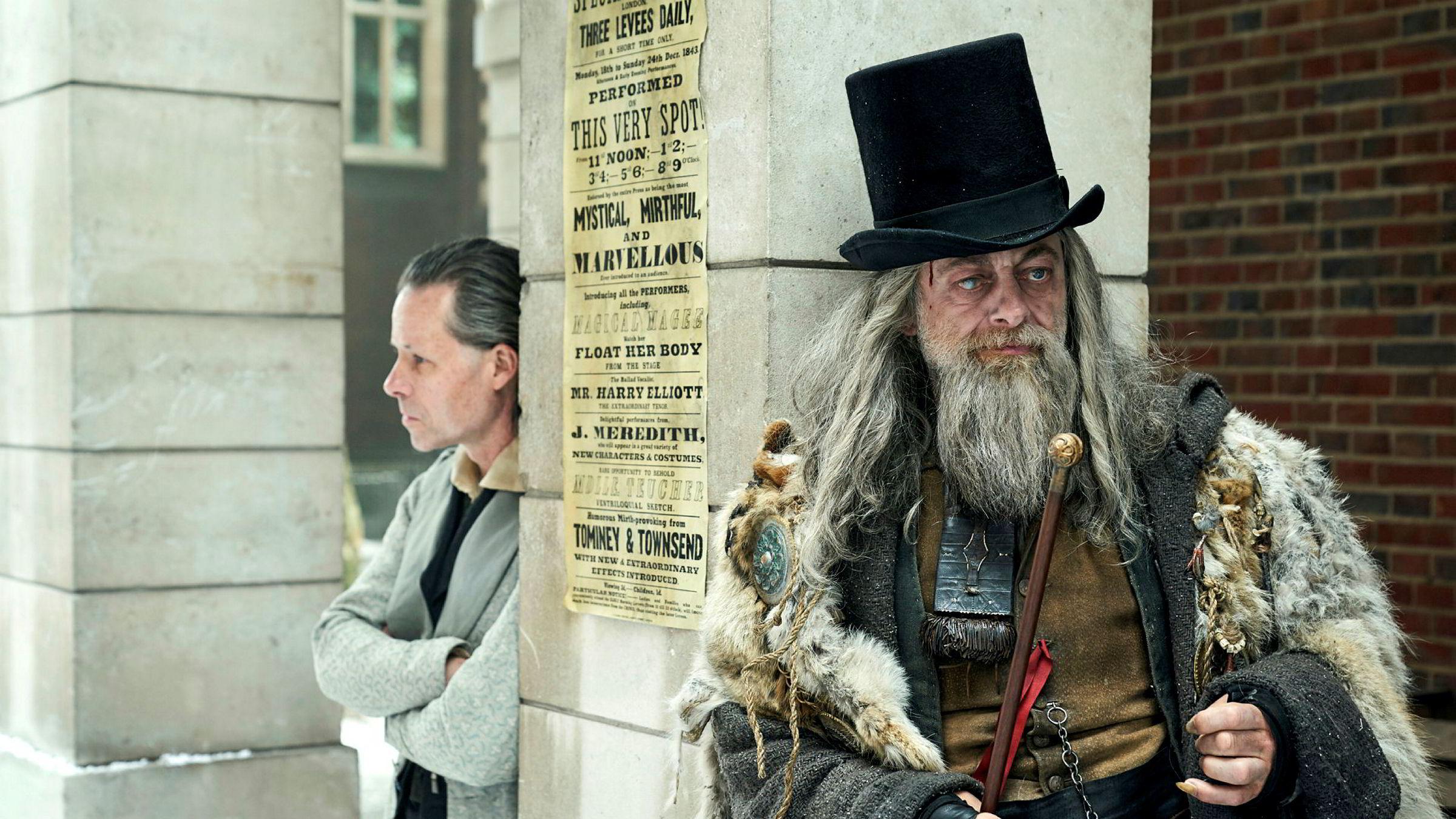 I 1843 skrev Charles Dickens «A Christmas Carol». Her fra filmatiseringen der Andy Serkis har rollen som «Fortidens ånd» og Guy Pearce spiller Ebenezer Scrooge (til venstre).