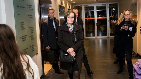 NHST-styret lot konsernsjef Gunnar Bjørkavåg bli sittende etter torsdagens styremøte. Her forlater styreleder og hovedeier Anette Olsen, og nestleder Richard Olav Aa (venstre) styremøte. Bak Olsen DNs sjefredaktør Amund Djuve.
