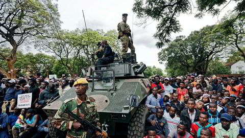 Lørdag var det store demonstrasjoner mot tidligere president Mugabe i Zimbabwe. Demonstrantene ble beskyttet av de militære. Tidligere ville en slik folkeansamling endt med en stor politiaksjon.
