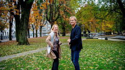 – Den yngste generasjonen har helt andre krav til tilgjengelighet og digitalisering, og måten de bruker telefonen på, er helt annerledes enn det mange selskaper tilbyr. Selskaper og bransjer må henge med, ellers er de i fare. Denne utviklingen kan vi tjene på, sier finansdirektør og partner Stine Foss i vekstfondet Northzone. Her med gründer og partner Bjørn Stray utenfor kontoret ved Solli Plass i Oslo.