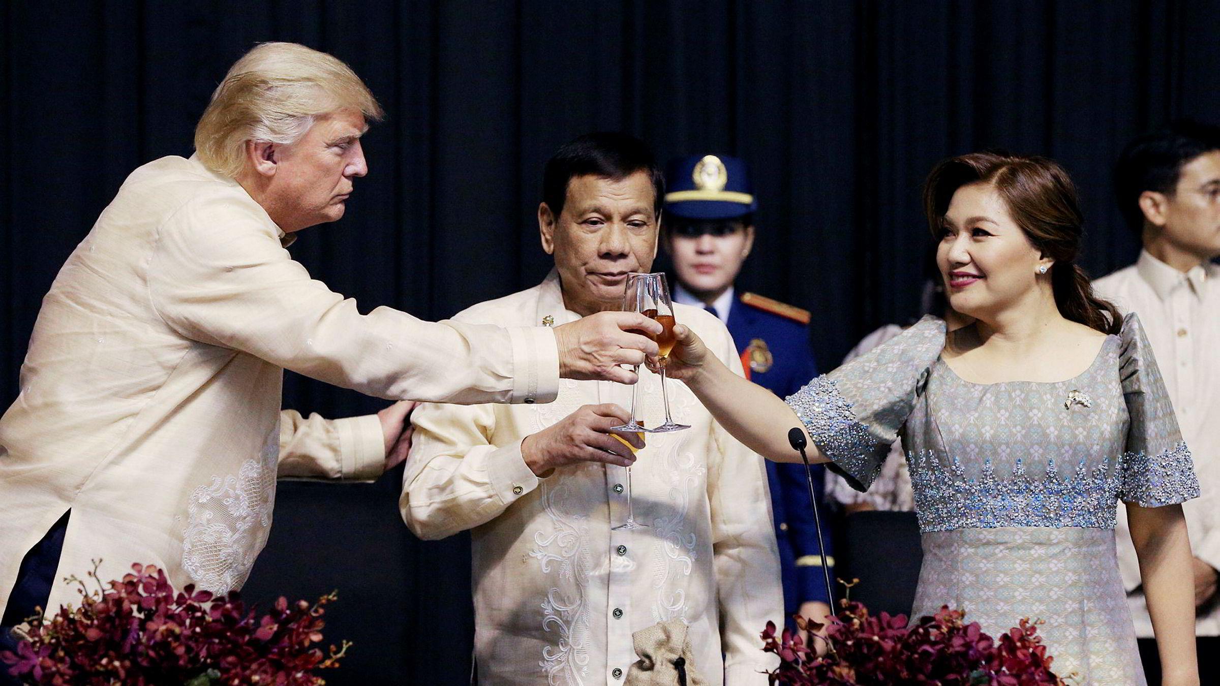 Søndag kom president Donald Trump til Filippinene der han ble tatt imot av president Rodrigo Duterte og hans kone Honeylet Avanceña. Foto: Athit Perawongmehta/AFP/NTB Scanpix