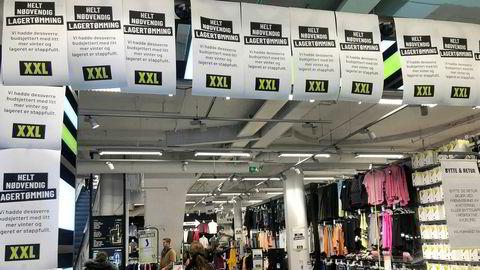 De aller fleste varene i XXLs lagertømming mangler førpriser, og derfor mener Forbrukertilsynet at kampanjen er lovstridig. Her fra XXL-butikken i Grensen da kampanjen ble lansert.