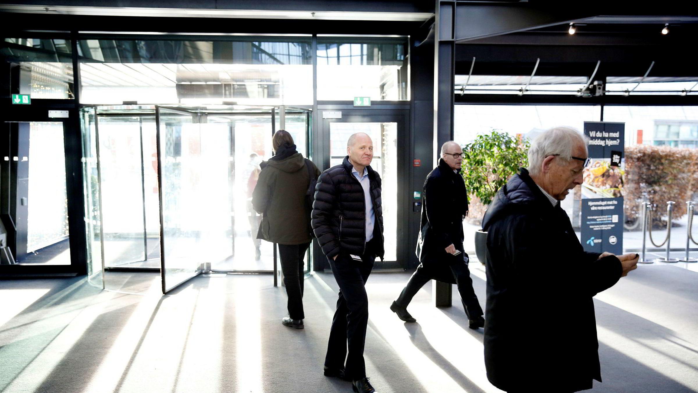 Konsernsjef i Telenor, Sigve Brekke, og fungerende finansdirektør Morten Sørby Karlsen ankommer Fornebu fredag.