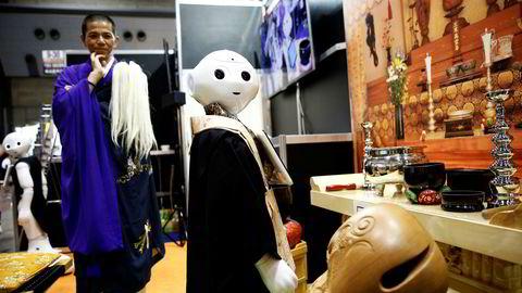 Selv om man tror at maskinene heller ikke i fremtiden vil bli fullt ut i stand til å erstatte menneskehjernen, vil de konkurrere med oss på leveranser som Homo sapiens i stor grad har hatt monopol på tidligere. Her ser en buddhistmunk på en «robotprest» på Life Ending Industry Expo 2017 i Tokyo i Japan.