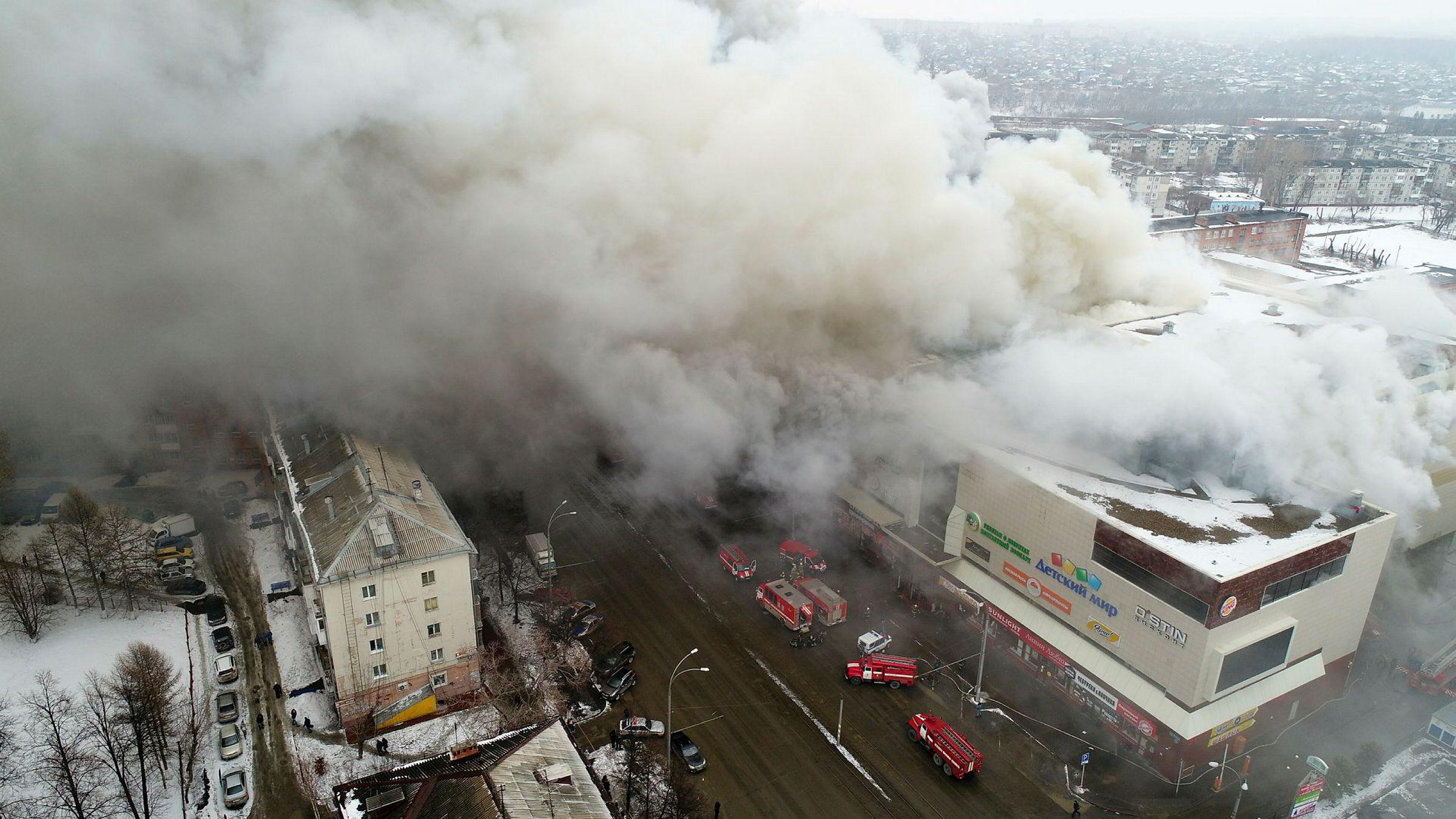 Mange har omkommet og mange er savnet i brannen i kjøpesenteret i byen Kemerovo i Sibir.