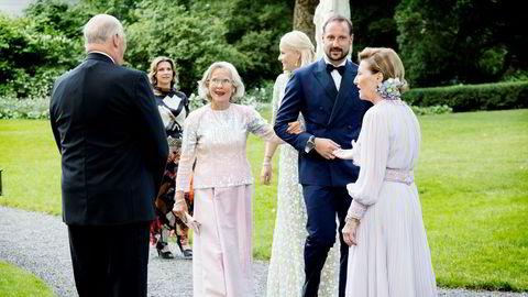 Kong Harald og dronning Sonja (til høyre) hilser på prinsesse Märtha (nr. to fra venstre), Marit Tjessem, kronprinsesse Mette-Marit og kronprins Haakon før en middag i forbindelse med dronnings Sonja sin 80-årsdag på Bygdøy kongsgård i fjor.