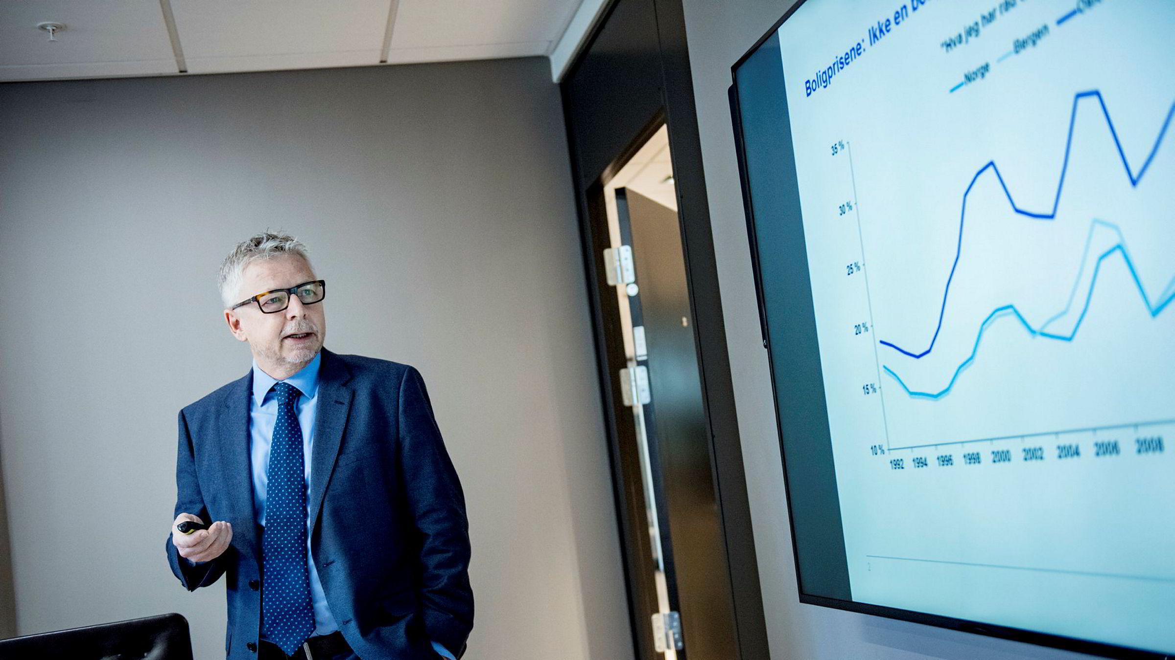 Sjefanalytiker Erik Bruce mener det er en merkelig kombinasjon at oljeprisen stiger mens kronen svekkes. Denne kombinasjonen kan potensielt føre til et tidligere rentehopp fra Norges Bank, mener han.