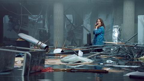 Anine (Alexandra Gjerpen) dekker terroren som journalist i Aftenposten. NRKs dramaserie «22. juli» forteller historien om dem som var på jobb da terroren rammet Norge i 2011. Gjennom det hovedkarakterene opplever, ser, tenker og gjør, fortelles en historie om mennesker, samfunn, systemer, verdier, valg og dilemmaer.