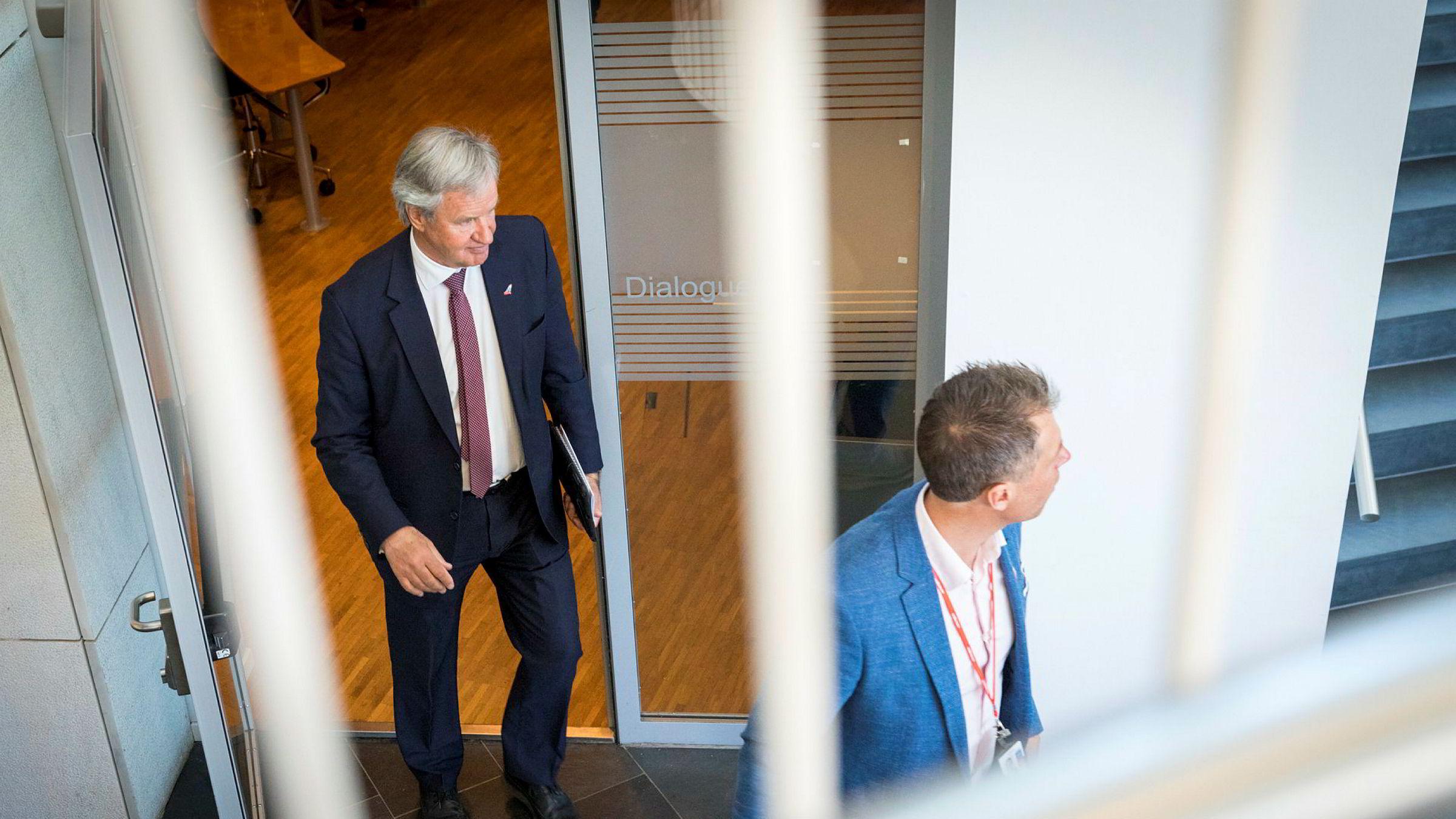 Bjørn Kjos forlater presentasjonen av resultatet etter første kvartal. I forgrunnen kommunikasjonssjef Lasse Sandaker-Nielsen.