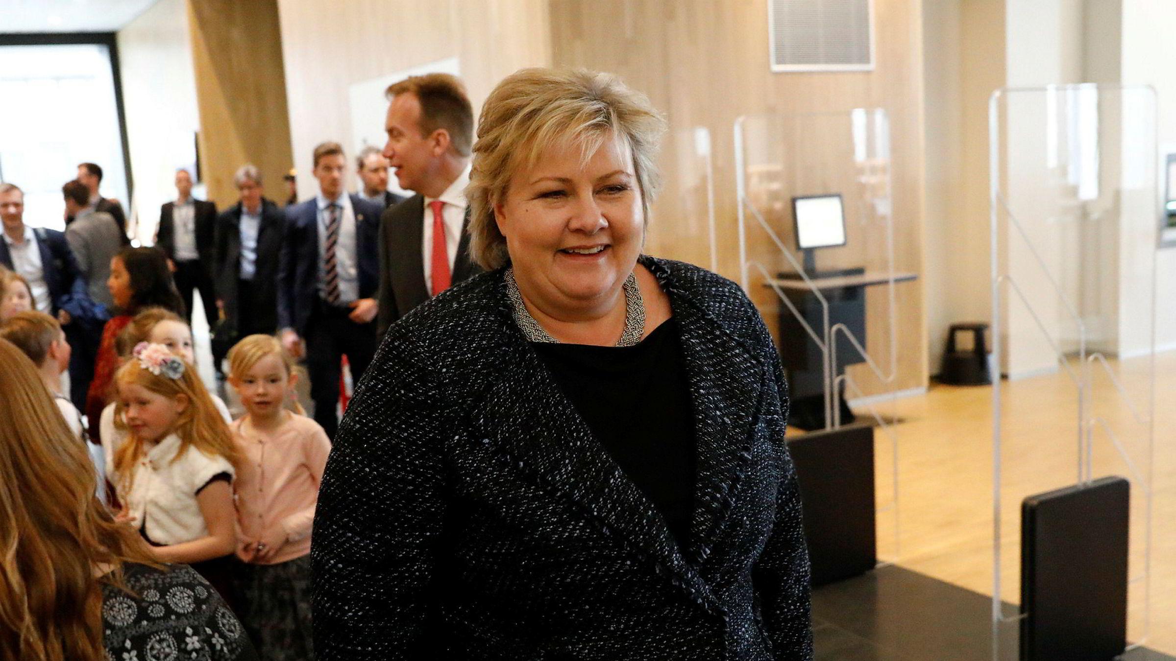 Statsminister Erna Solberg på vei inn i Stormen bibliotek i Bodø for å legge frem regjeringens nordområdestrategi.