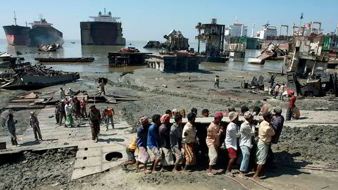Mange redere velger å sende skipene til India, Bangladesh og Pakistan, hvor skipene kjøres opp på strendene og blir plukket fra hverandre nærmest manuelt. Metoden kalles «beaching», og i 2015 skal 469 av 768 skip ha blitt skrapet på denne måten.