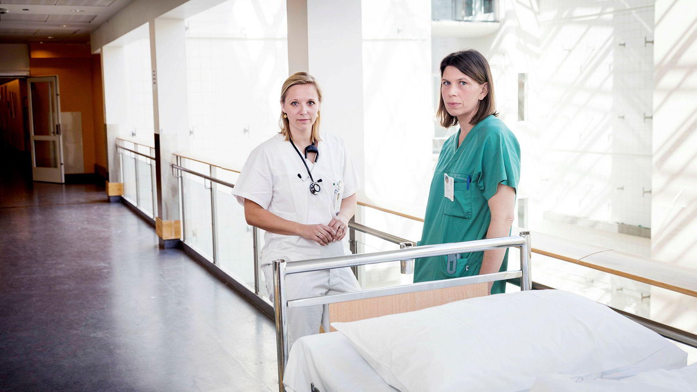 Gro Owren Nygaard (til høyre) er 41 år og har en doktorgrad innenfor nevrologi. Etter 15 midlertidige kontrakter får hun fast jobb fra 1. juli. Her sammen med foretakstillitsvalgt for YLF, Anniken Riise Elnes.