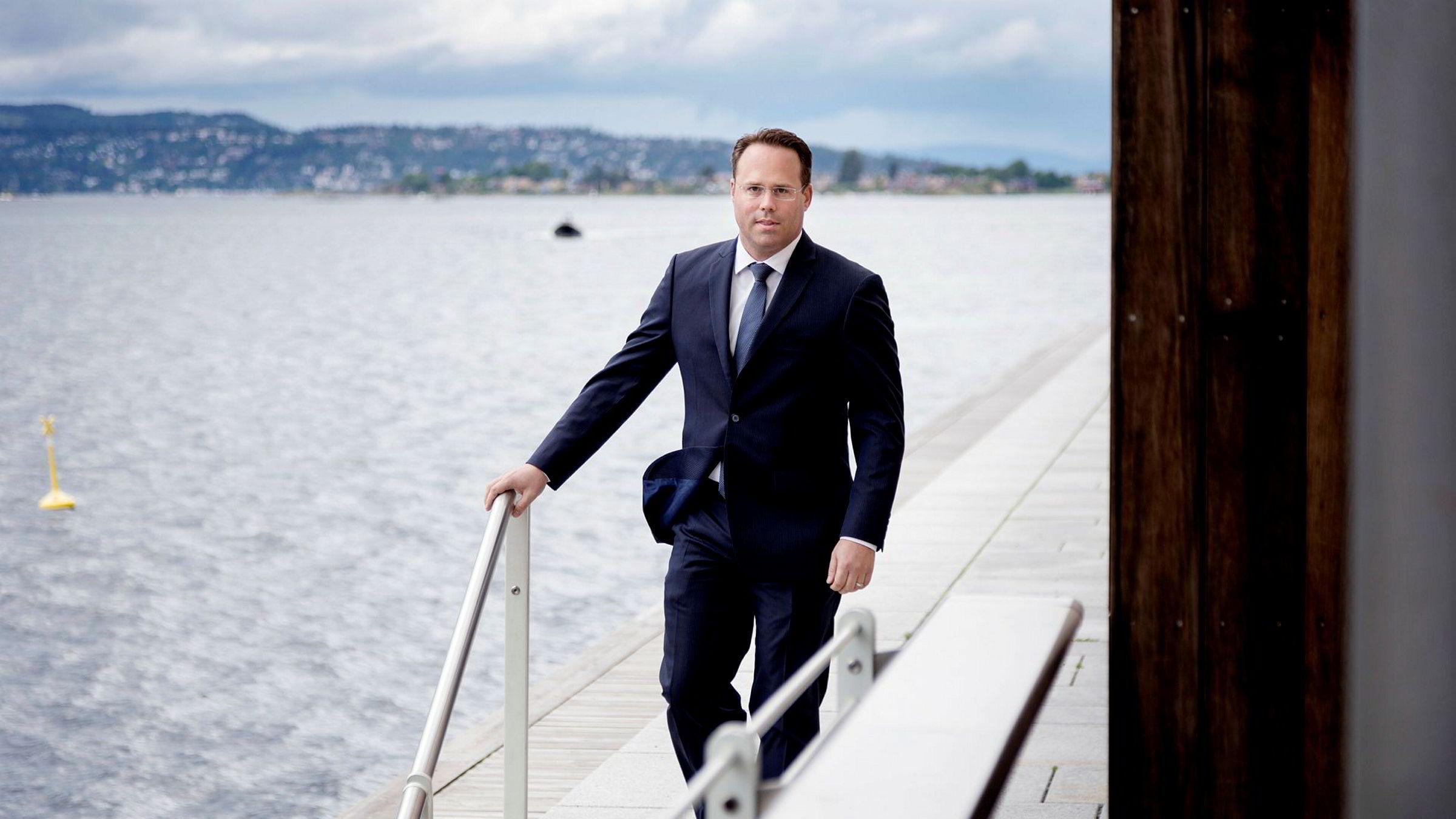 Dominik Bollier leder Credit Suisse Energy Infrastructure Partners (CSEIP). Her står han ytterst på Tjuvholmen under SEBs fornybarseminar i Oslo.