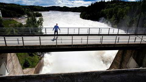 – Vi har aldri hatt en så lav spotpris over så lang tid tidligere. Det er helt ekstraordinært, sier konserndirektør for kraftmarked i Hafslund E-CO, Anders Østby, her på Hafslunds vannkraftstasjon Kykkelsrud Fossumfoss.