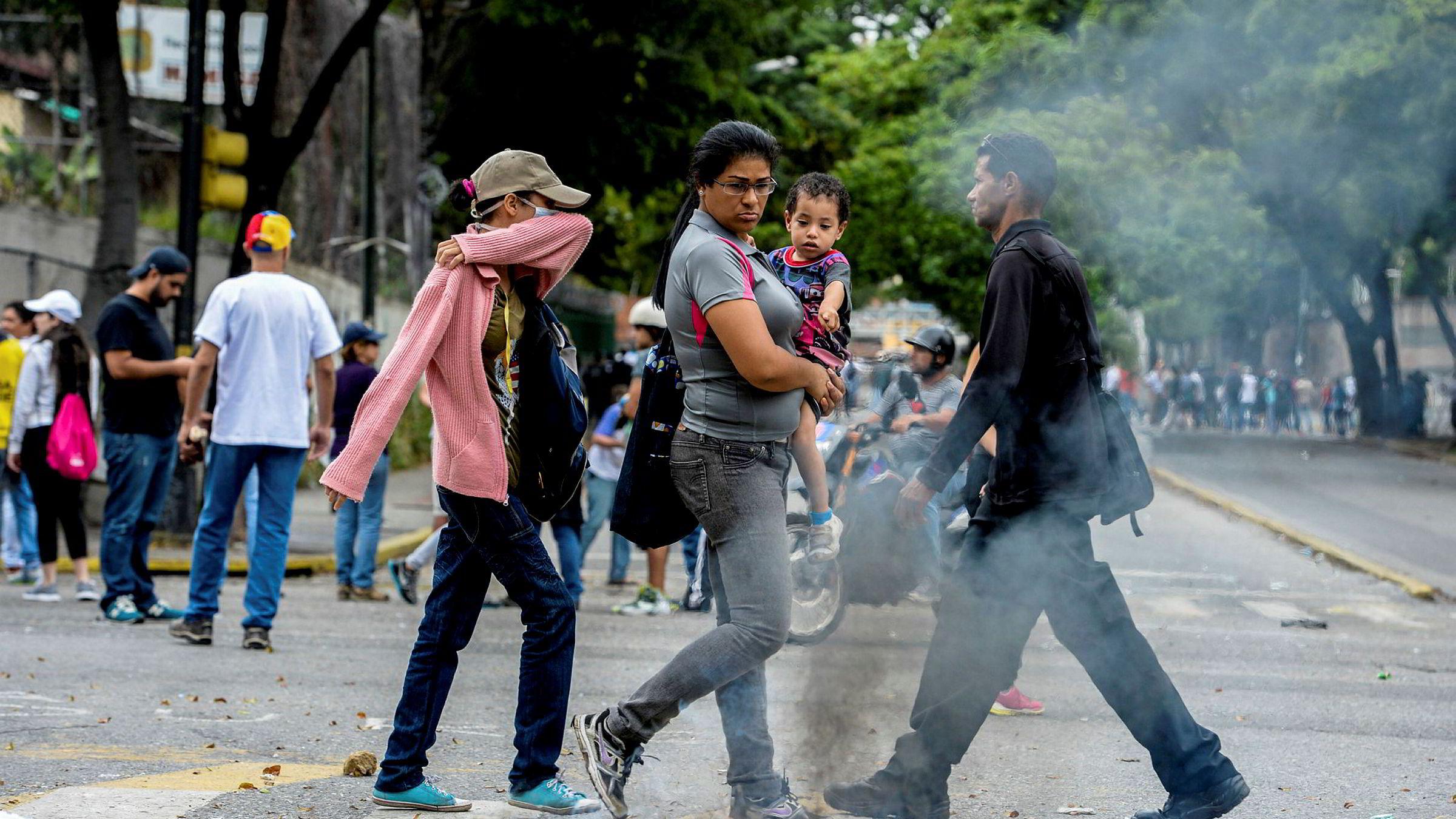 «Mat- og medisinmangelen er blitt så alvorlig at vi må regne med å høre uhyggelige, men kjente, skrekkhistorier når despoten omsider blir styrtet» skriver kronikkforfatteren, med henvisning til Venezuela og landets president Nicolás Maduro. Bildet er fra en demonstrasjon mot Maduro i Caracas i mai i år.