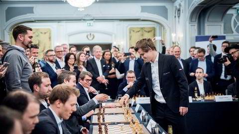 Verdensmester i sjakk Magnus Carlsen trekker mot Vegard Vik fra Kolonial.no.
