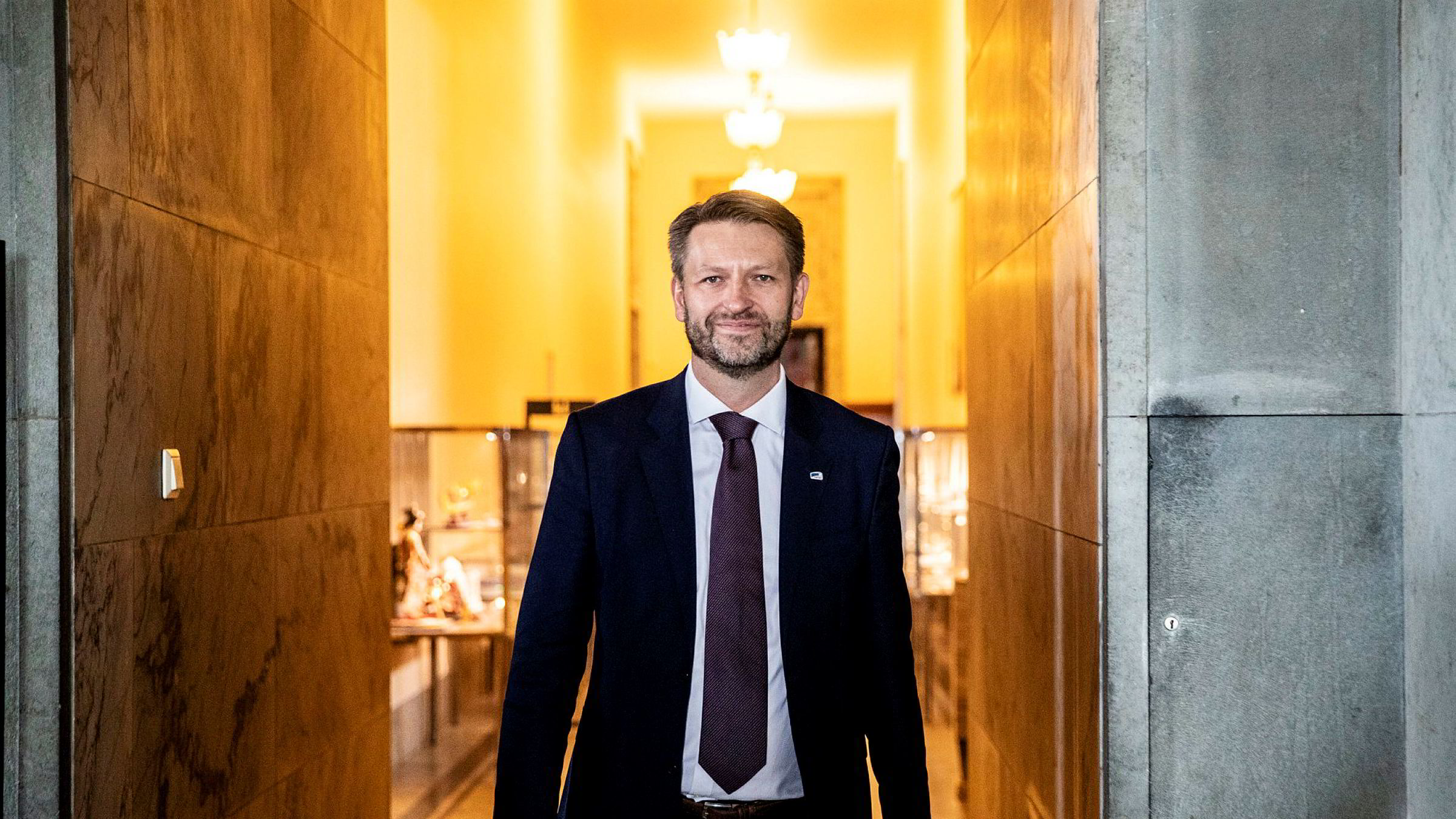 Eirik Lae Solberg (H) går hardt ut mot Aps Hadia Tajik. Han mener forslaget om å fjerne momsfritaket på elbiler vil gjøre det mindre attraktivt å kjøre elbil.