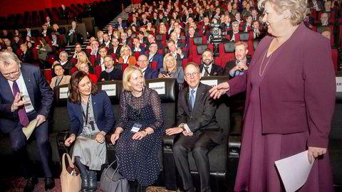 Sjef for Equinor Eldar Sætre (til venstre) hilser uten å håndhilse på statsminister Erna Solberg. I mellom sitter (fra venstre) Monica Bjørkmann, styreleder i Norsk olje og gass, Agnete Johnsgaard-Lewis, administrerende direktør i Shell Norge, og Oluf Ulseth, statssekretær for statsministeren.