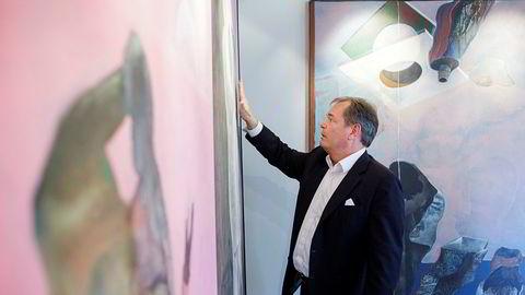 Kunstsamler og sjef for meglerhuset ABG Sundal Collier, Knut Brundtland, foran Knut Roses maleri «Avreise i november». Hjemme har han og kona Cecilie Malm Brundtland blendet av et vindu i stuen for å lage et eget galleri til tre av deres Rose-bilder malt på 70-tallet.