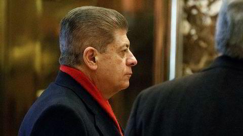 Andrew Napolitano, tidligere dommer og Fox-kommentator, får sparken fra Fox News. Her venter han på heisen i lobbyen i Trump Tower. F