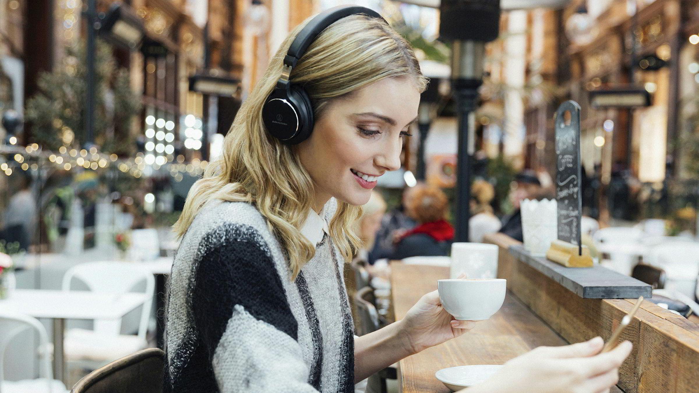 Trådløse hodetelefoner er gode reisekamerater, både med og uten støydemping.