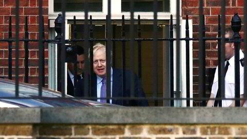 Statsminister Boris Johnson på vei ut av Downing Street i London torsdag.