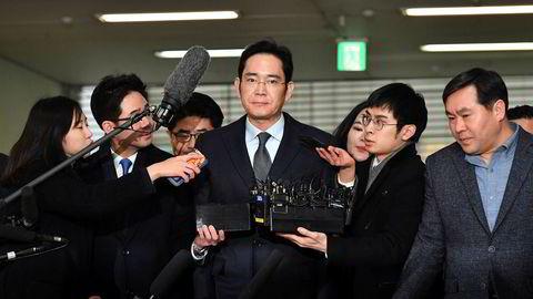 Lee Jae-yong, assisterende styreleder i Samsung, på vei inn til nye avhør i Sør-Koreas hovedstad Seoul mandag morgen.