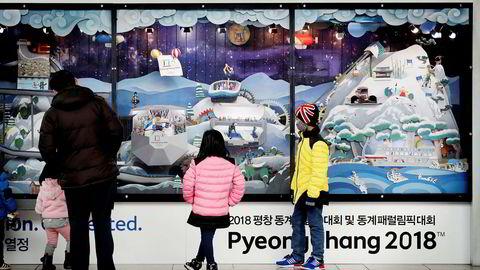 Noen barn ser på en temautstilling over OL-arenaene på jernbanestasjonen i Seoul. En nyåpnet høyhastighetslinje tar utenlandske besøkere fra den internasjonale flyplassen i Incheon til de olympiske arenaene på under to timer med tog.