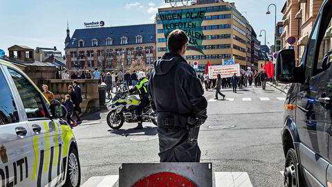 Tilstede. I Oslo fyltes gatene av folk på Arbeidernes dag, 1. mai. Politiet sperret av gatene rundt toget, og som følge av den forhøyede terrortrusselen var politiet bevæpnet.