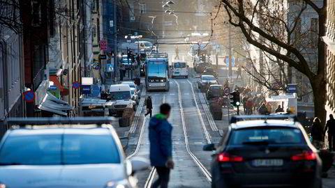 Vi har minst to grunner til å bremse bilbruken mer i byen enn på landet, skriver artikkelforfatteren.