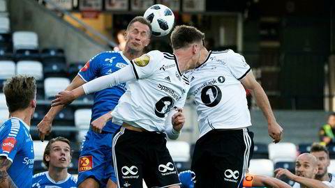 Morten Gamst Pedersen i blått får godt betalt for sine investeringer i aksjemarkedet. Her fra kampen mellom Tromsø og Rosenborg 7. juli der Tromsø tapte 1–2.