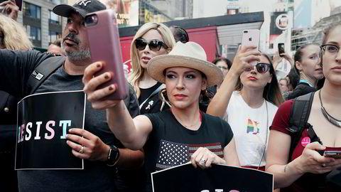 Skuespiller Alyssa Milanos har fått massiv respons på sin aksjon mot seksuell trakassering. Her fra en demonstrasjon i New York, USA.