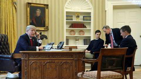 Ifølge CNN var det Trumps svigersønn Jared Kushner (nummer to fra venstre) som ba Michael Flynn (helt til høyre) om å ta kontakt med Russlands ambassadør.
