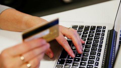 En kvinne må selv stå ansvarlig for kredittkortbelastningen på 10.000 kroner etter at hun oppga sin Apple-id og kortopplysninger til en falsk nettside.
