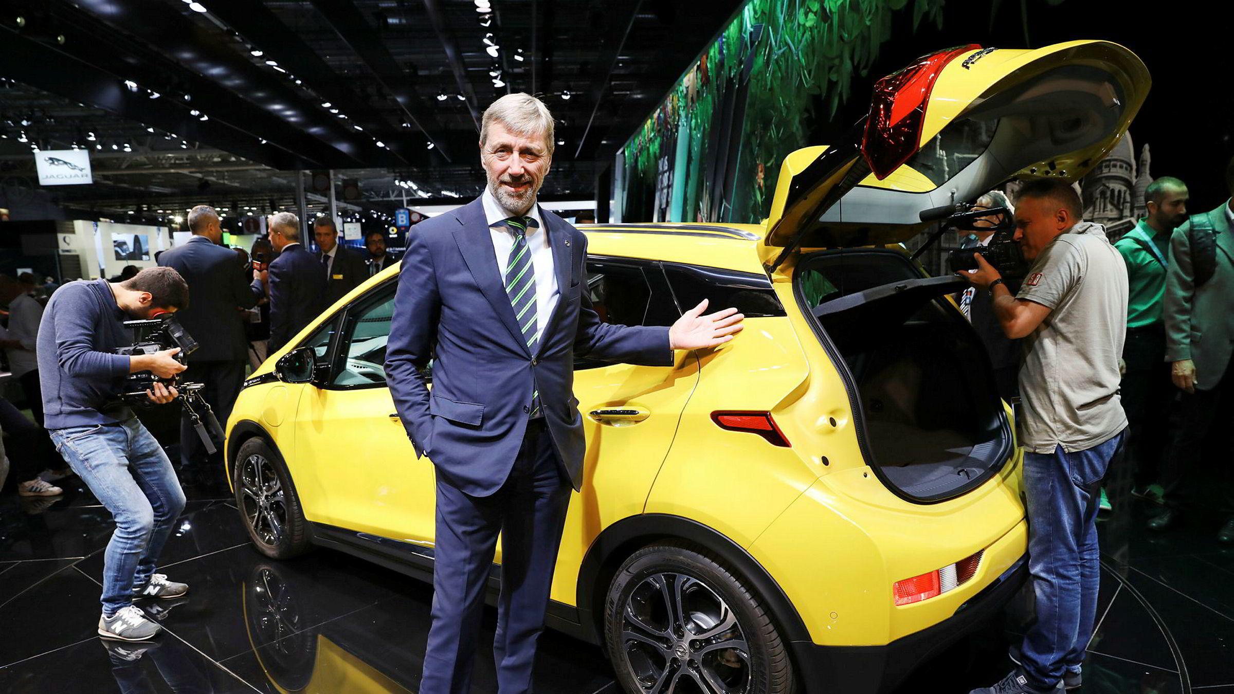 Bernt G. Jessen, adm. dir. i Opel Norge, viser frem Opel Ampera-E under bilmessen i Paris.