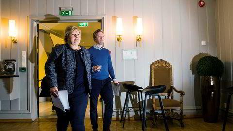 Søndag holdt Høyre-ledelsen sin andre pressekonferanse om varselskredet i partiet. Partileder Erna Solberg og generalsekretær John-Ragnar Aarset
