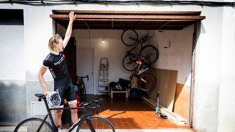 Dan Erik Hansen henter daglig ut sykkelen fra garasjen under leiligheten i Lloret. Sykkelsatsingen ser han på som en fulltidsjobb.