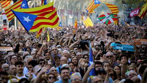 Tilhengere av katalansk uavhengighet jubler i gatene i Barcelona like før det spanske senatet ga regjeringen i Madrid grønt lys til å sette regionens selvstyre til side. Foto: Emilio Morenatti / AP / NTB scanpix