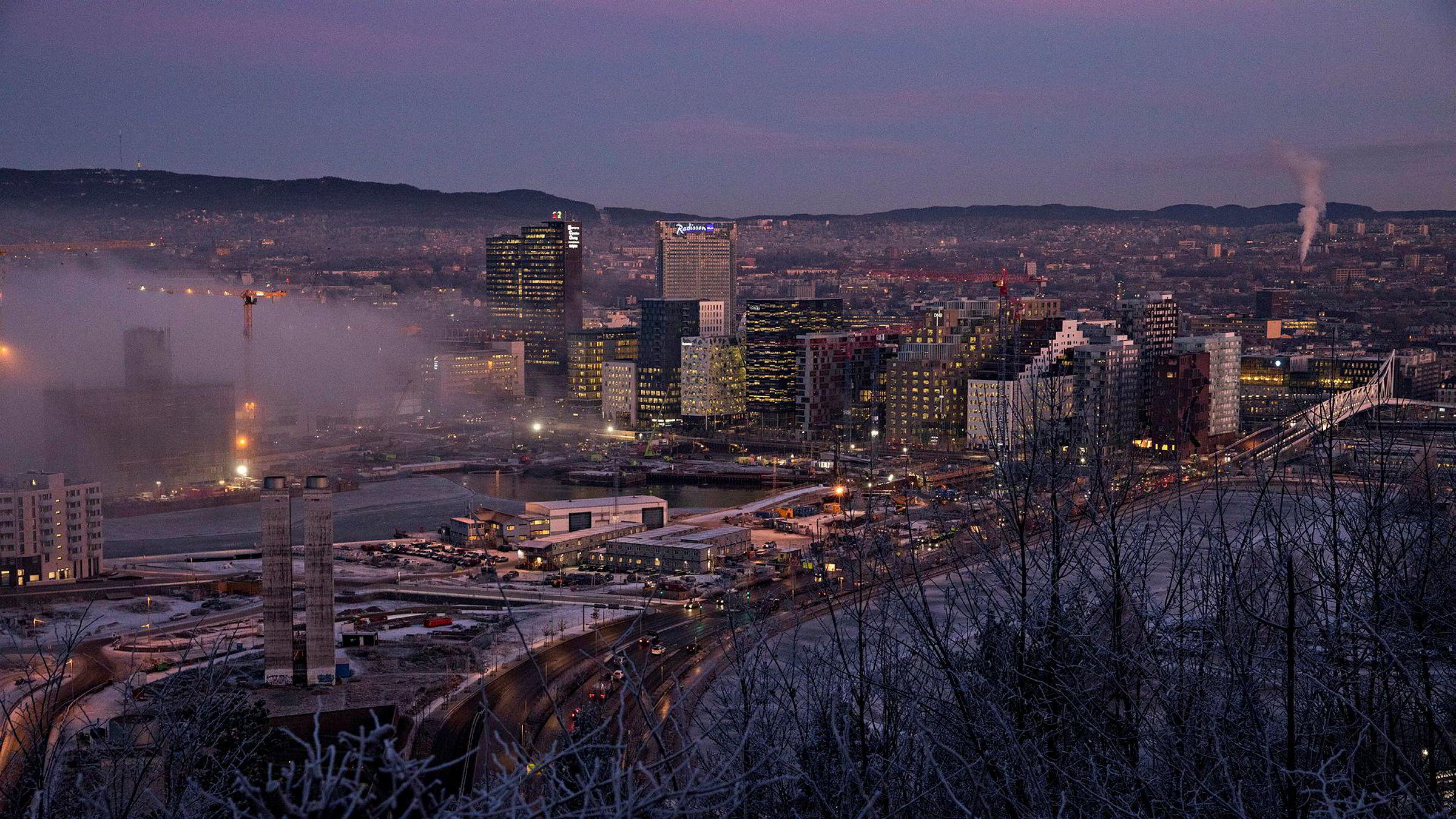 Avfallsmengdene øker ikke fordi spillvarme brukes til fjernvarme, men fordi velstandsutviklingen i samfunnet øker. Her fra Oslo sett fra Ekeberg i vinterkulden med tett trafikkforurensning.