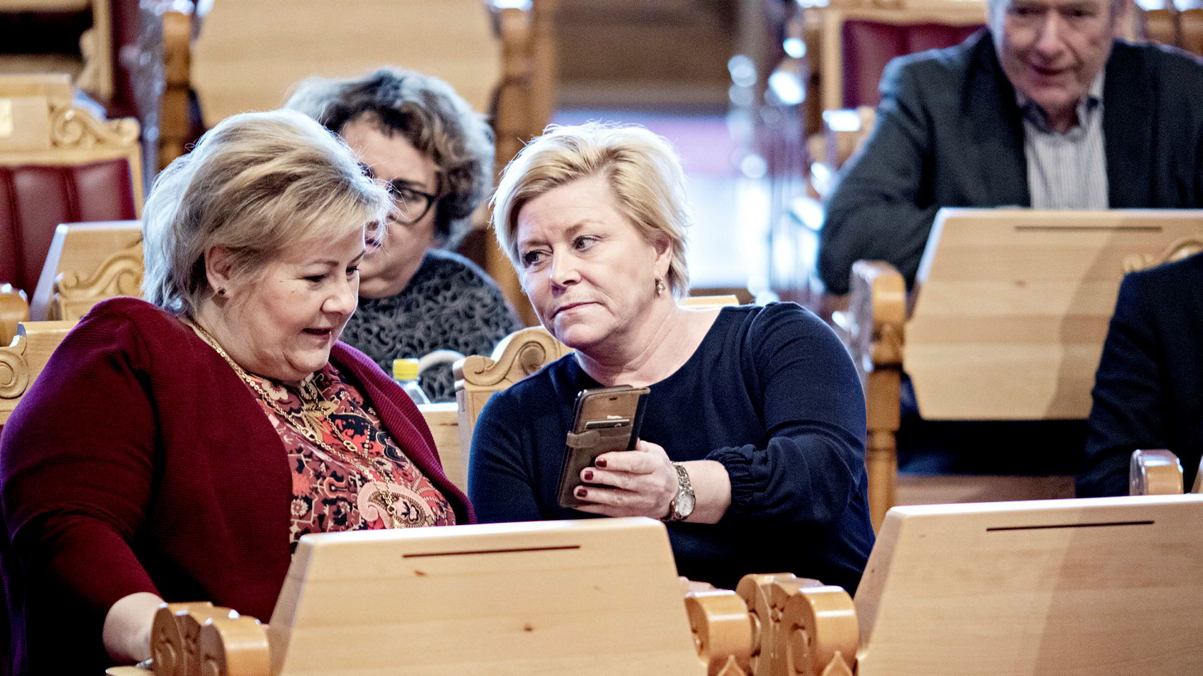 Forskerne finner en negativ omfordelingseffekt, men den er så liten at de runder den av til null. Fra venstre statsminister Erna Solberg og finansminister Siv Jensen.