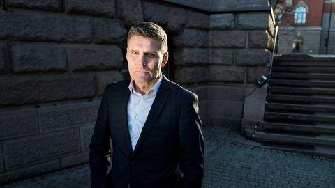 Statssekretær Geir Olsen (V) i Finansdepartementet sier forbrukerne må sjekke leverandørene nøye før de plasserer sparepengene sine.