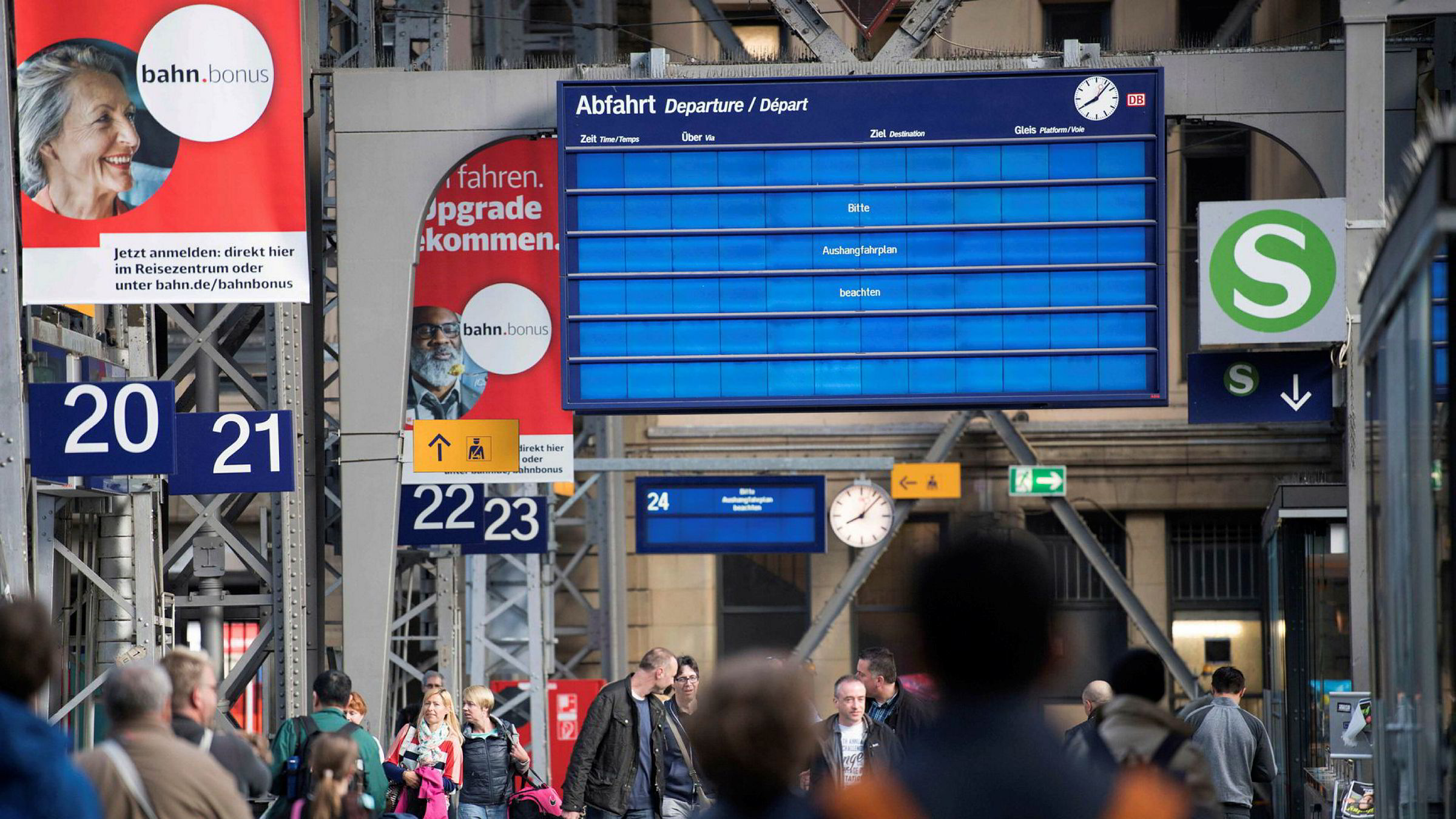 Hvis vi vil forhindre at lammende digitale angrep blir hverdagen fremover, må de grunnleggende problemene som skaper usikkerhet håndteres. Her fra sentralbanestasjonen i Frankfurt etter hackerangrepet sist uke, hvor den digitale skjermen henviser til en analog avgangstabell.