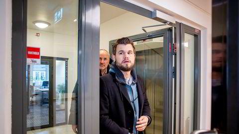 Magnus Carlsen går inn i nytt fond. Her sammen med Espen Agdestein (bak) som er rådgiver og agent for Magnus Carlsen.